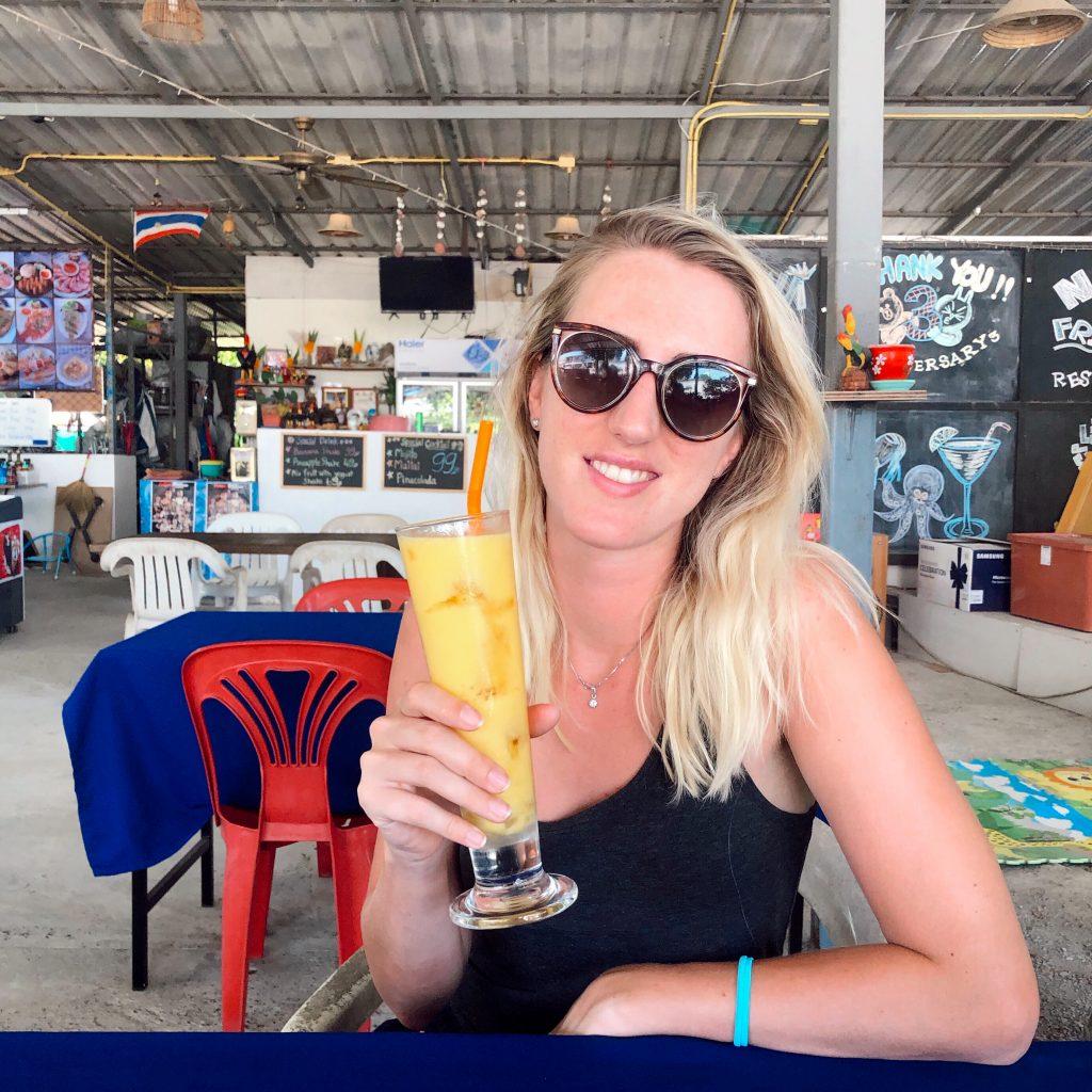 Čerstvý mango juice s ľadom dostanete v Thajsku za 40 až 70 bátov, čo je asi 2 - 2,5 eura. Dovolenka v Thajsku.