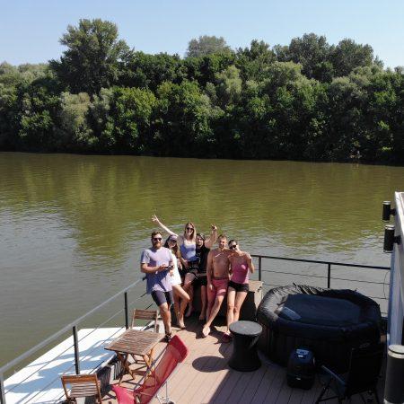 Tip na netradičné ubytovanie – houseboat v Komárne
